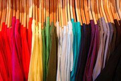 Import odzieży - ubrania na wieszaku